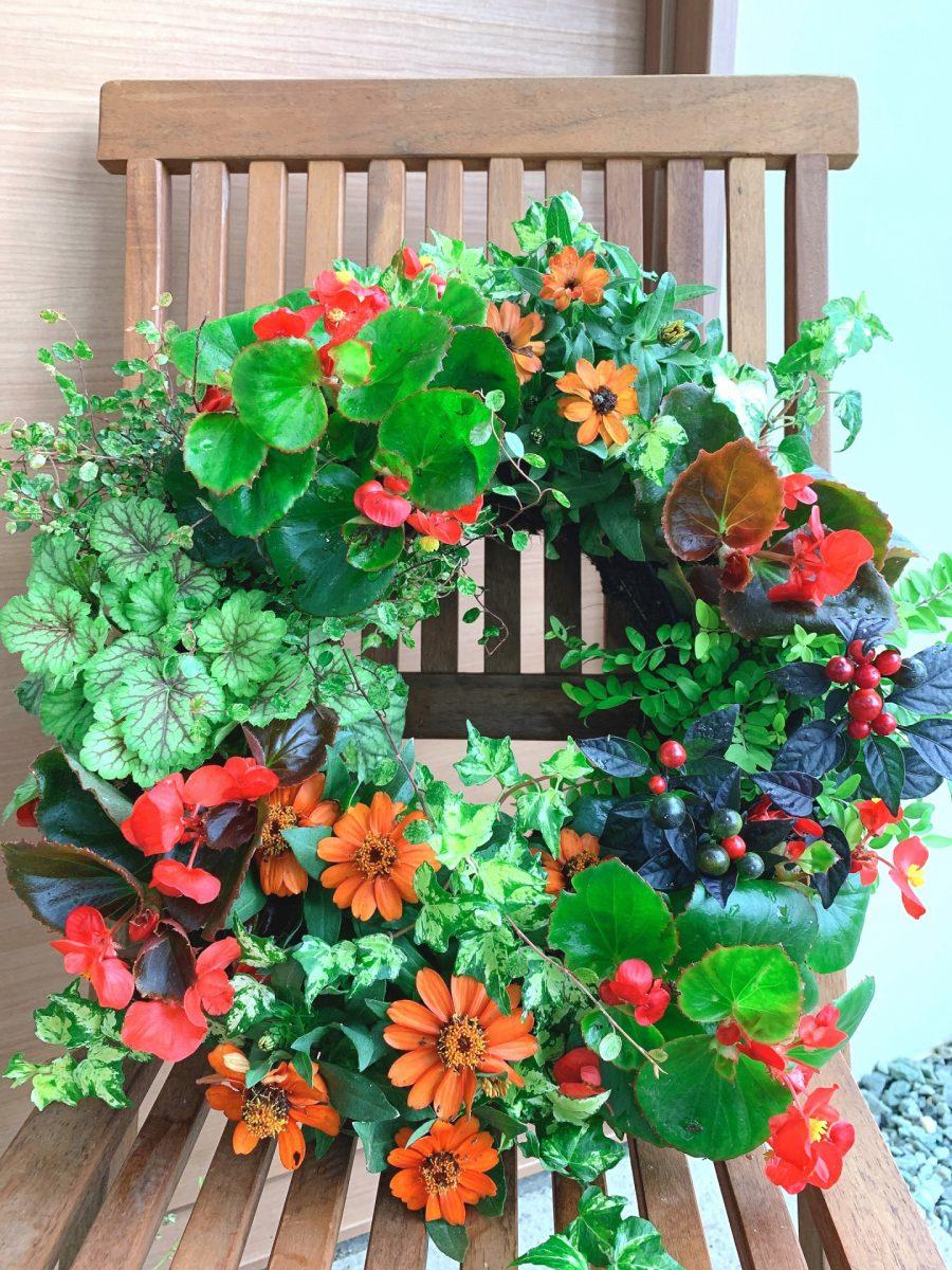 カラフルな夏の花を使ったリース型ハンギングバスケット